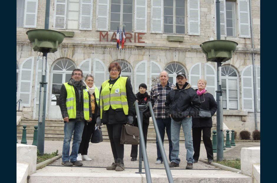 Les Gilets jaunes expliquent le RIC à la mairie de Fraisans